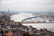 Nederland, Nijmegen, 20-10-2004Uitzicht op de rivier de Waal en een deel van de benedenstad van Nijmegen. Spoorbrug waar een trein van de ns, n.s. op rijdt. scheepvaart, binnenscheepvaart, transport, vervoer over water, waterstand.Foto: Flip Franssen/Hollandse Hoogte