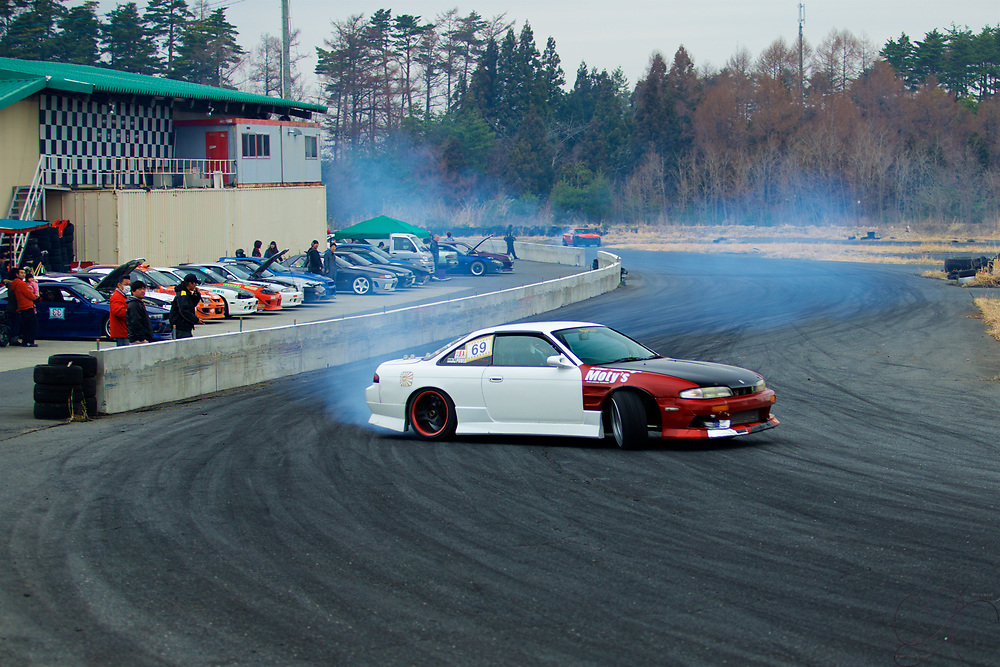 Threading the perfect drift line around the track - while writing your signature in smoke: Drift perfection!