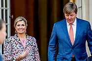 DEN HAAG - koning willem alexander loopt naar paleis noordeinde nadat zij auto niet bij het paleis kon komen omdat een bus de route blokkeerd ROBIN UTRECHT NETHERLANDS ONLY