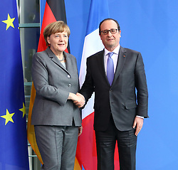 31.03.2015, Bundeskanzleramt, Berlin, GER, SPO, Staatsbesuch, Hollande, im Bild Herzliches Haendeschuetteln zwischen Bundeskanzlerin Angela Merkel (CDU) und Francois Hollande, Staatspraesident Frankreich, am Ende der Pressekonferenz // POL during the 17th German- French Council of Ministers Bundeskanzleramt in Berlin, Germany on 2015/03/31. EXPA Pictures © 2015, PhotoCredit: EXPA/ Eibner-Pressefoto/ Hundt<br /> <br /> *****ATTENTION - OUT of GER*****