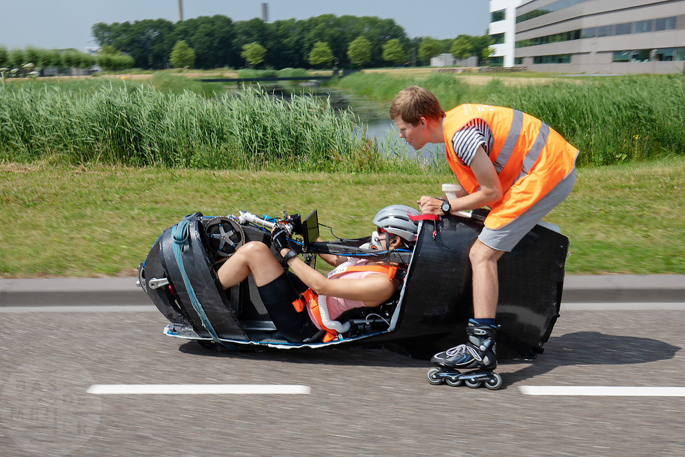 Jennifer Breet rijdt in de VeloX. Op een weg in Delft worden de eerste meters afgelegd met de nieuwe recordfiets, de VeloX 8. In september wil het Human Power Team Delft en Amsterdam, dat bestaat uit studenten van de TU Delft en de VU Amsterdam, tijdens de World Human Powered Speed Challenge in Nevada een poging doen het wereldrecord snelfietsen voor vrouwen te verbreken met de VeloX 8, een gestroomlijnde ligfiets. Het record is met 121,81 km/h sinds 2010 in handen van de Francaise Barbara Buatois. De Canadees Todd Reichert is de snelste man met 144,17 km/h sinds 2016.<br /> <br /> At a road in Delft the team tests the VeloX 8 for the first time. With the VeloX 8, a special recumbent bike, the Human Power Team Delft and Amsterdam, consisting of students of the TU Delft and the VU Amsterdam, also wants to set a new woman's world record cycling in September at the World Human Powered Speed Challenge in Nevada. The current speed record is 121,81 km/h, set in 2010 by Barbara Buatois. The fastest man is Todd Reichert with 144,17 km/h.