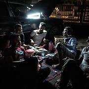 Des habitants d'Aden mâchent le kat entre deux voitures sur l'avenue Ma'ala, le jour de l'Aid el-Fitr.