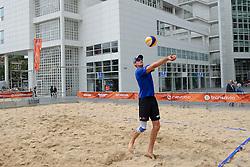 20150618 NED: WK Beach volleybal training op het Spui, Den Haag<br /> De Nederlandse beachers hebben vandaag hun tweede training gehad op de WK trainingsvelden. Op het Spuiplein werden de velden druk bezocht / Alexander Brouwer en Robert Meeuwsen krijgen hun eerste training op Spui van Jochem de Gruijter