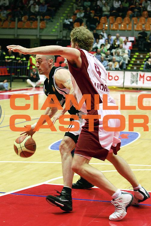 DESCRIZIONE : Livorno Lega A1 2005-06 Basket Livorno Whirpool Pallacanestro Varese<br /> GIOCATORE : Hafnar<br /> SQUADRA : Whirpool Pallacanestro Varese<br /> EVENTO : Campionato Lega A1 2005-2006<br /> GARA : Basket Livorno Snaidero Whirpool Pallacanestro Varese<br /> DATA : 04/05/2006<br /> CATEGORIA : Palleggio<br /> SPORT : Pallacanestro<br /> AUTORE : Agenzia Ciamillo-Castoria/Stefano D'Errico