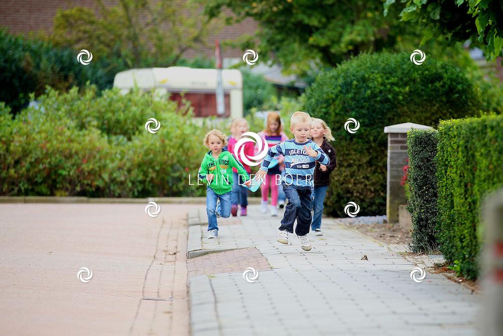 AALST - School met de Bijbel De Burcht heeft een Sponsorloop georganiseerd. De opbrengst is voor de bewoners van De Fontein (huis voor jongvolwassen mensen met een beperking). FOTO LEVIN DEN BOER - PERSFOTO.NU