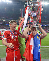 FUSSBALL  CHAMPIONS LEAGUE  SAISON 2012/2013  FINALE  Borussia Dortmund - FC Bayern Muenchen         25.05.2013 Champions League Sieger 2013 FC Bayern Muenchen: Bastian Schweinsteiger (li) und Xherdan Shaqiri (re) mit dem Pokal