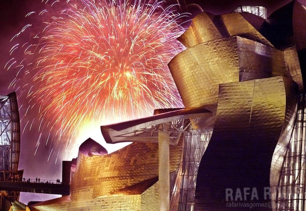 "Fireworks explode off behind the Guggenheim Bilbao Museum, late 22 August 2003, during the Bilbao local festivities ""Aste Nagusia"", in the Spanish northern Basque city of Bilbao. Photo RAFA RIVAS"