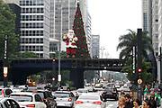 O palco que fica na Av Paulista e que vai servir para o  reveillon 2014, recebeu  uma Arvore e Papai Noel Gigante neste sabado 07/12/2013 - SP - FOTO MARCELO D'SANTS/FRAME.