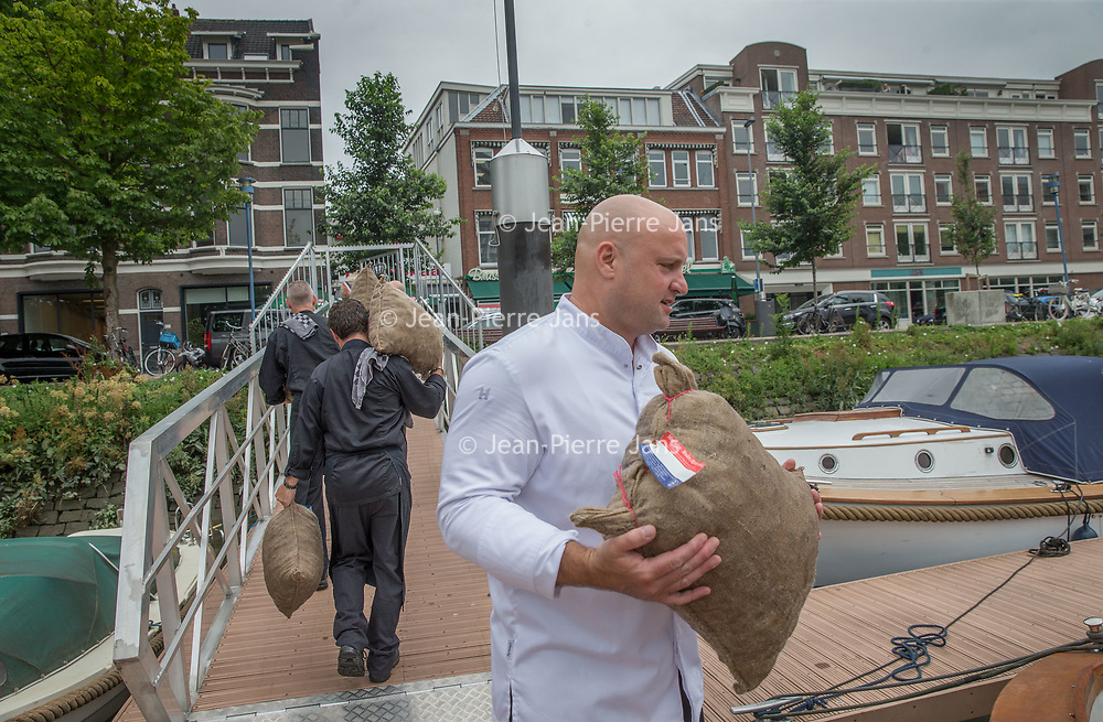 Nederland, Rotterdam , 28 juni 2017.<br /> Goes/Colijnsplaat/ Rotterdam, 26 juni 2017 - Het nieuwe Zeker Zeeuws mosselseizoen gaat woensdag 28 juni van start met de feestelijke overhandiging en aansluitende proeverij van de eerste baal bodemcultuurmosselen met dit streekproduct-keurmerk bij visrestaurant Kaat Mossel in Rotterdam.<br /> Het is voor de tweede keer dat de Stichting Zeker Zeeuws® Streekproduct samen met erkende mosselleveranciers Koninklijke Schmidt Zeevis en Adri & Zoon een traditionele opening van het mosselseizoen organiseert, vergelijkbaar met het eerste haringvaatje en de eerste Oosterscheldekreeft.<br /> De Zeker Zeeuws mosselen groeien vlakbij de grens met de Noordzee, aan het begin van de Oosterschelde, voor het eiland Neeltje Jans. Deze mosselen worden gevoed met water uit de Oosterschelde; het schoonste en lekkerste zilte water van Nederland, waar de mossel zijn unieke smaak door krijgt. Daarom worden ze gerekend tot de Grand Cru onder de mosselen.<br /> <br /> Foto: Jean-Pierre Jans<br /> <br /> The Netherlands, Rotterdam, June 28, 2017.<br /> Goes / Colijnsplaat / Rotterdam, June 26, 2017 - The new Zeker Zeeuws mussel season starts Wednesday 28th June with the festive handover and subsequent tasting of the first bale soil culture mussels with this regional product mark at the fish restaurant Kaat Mossel in Rotterdam.It is the second time that the Stichting Zeker Zeeuws® Regional Product, together with recognized mussel suppliers Royal Schmidt Zeevis and Adri & Zoon, organizes a traditional opening of the mussel season, similar to the first herring dish and the first Oosterschelde lobster.The Zealand mussels grow near the border with the North Sea, at the beginning of the Oosterschelde, before the island of Neeltje Jans. These mussels are fed with water from the Oosterschelde; The cleanest and most delicious water in the Netherlands, where the mussel is given its unique taste. Therefore, they are counted as the Grand Cru among the mussels.<br /> <br /> Photo: Jean-Pierre Jans