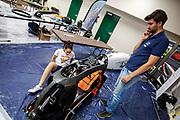 Teamleden repareren de Velox na een val bik de start van de ochtendruns op de tweede racedag. Het Human Power Team Delft en Amsterdam, dat bestaat uit studenten van de TU Delft en de VU Amsterdam, is in Amerika om tijdens de World Human Powered Speed Challenge in Nevada een poging te doen het wereldrecord snelfietsen voor vrouwen te verbreken met de VeloX 9, een gestroomlijnde ligfiets. Het record is met 121,81 km/h sinds 2010 in handen van de Francaise Barbara Buatois. De Canadees Todd Reichert is de snelste man met 144,17 km/h sinds 2016.<br /> <br /> With the VeloX 9, a special recumbent bike, the Human Power Team Delft and Amsterdam, consisting of students of the TU Delft and the VU Amsterdam, wants to set a new woman's world record cycling in September at the World Human Powered Speed Challenge in Nevada. The current speed record is 121,81 km/h, set in 2010 by Barbara Buatois. The fastest man is Todd Reichert with 144,17 km/h.