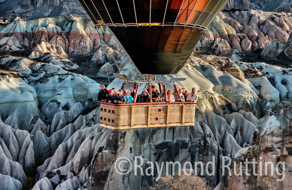 Turkeije Cappadocië  -A hot air balloon in Cappadocië Turkey .Amazing landscapes.  Aan het eind van de zomer is de ideale tijd om een ballonvlucht boven Cappadocië te maken. De weersomstandigheden zijn dan het meest ideaal. weinig wind en een lage zon die herfstkleuren benadrukken. foto raymond rutting
