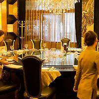CHENGDU, 10/17/2012 :   eine Kellnerin bereitet den Tisch fuer ein Mittagessen in einem Nobelrestaurant mit Besuchern von Wu Yali, der Vorsitzenden der Audi New Elements Gruppe in Chengdu.
