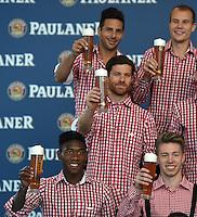 Fussball 1. Bundesliga 2014/2015 Fotoshooting FC Bayern Muenchen in Lederhosen fuer Paulaner      31.08.2014 David Alaba (li unten) mitMichell Weiser (unten re) und Xabi Alonso mit Weissbier