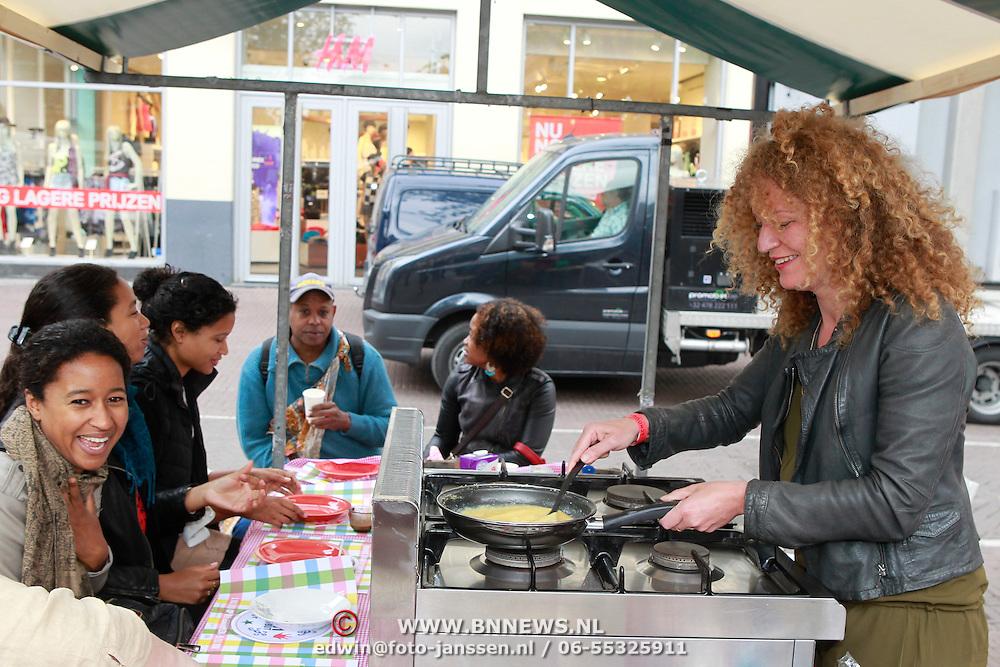 NLD/Amsterdam/20130701 - Keti Koti Ontbijt 2013 op het Leidse Plein, Hadassah de Boer aan het koken voor de dames
