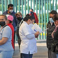 Toluca, México.- Enfermos por Covid-19 tienen contacto con sus familiares a través de video llamadas en tiempo real. A la vez personal médico les proporciona información de su estado de salud y avance clínico en el Centro Médico Adolfo López Mateos. Agencia MVT / Mario Vázquez de la Torre.