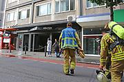 Mannheim. 30.06.17   Brand in der Innenstadt<br /> Innenstadt. N7. Brand in einer Bar.<br /> Zu einem größeren Rückstau von Lieferfahrzeugen in der Kunststraße führt derzeit ein Brand in der Mannheimer Innenstadt. Wegen der Löscharbeiten ist die Kunststraße derzeit noch gesperrt. Die Feuerwehr war am Morgen zu einer Verpuffung in einem Gastronomiebetrieb gerufen worden. Tatsächlich brannte es in der Küche. Das Feuer führte zu einer starken Rauchentwicklung. Zeitweise waren zwei Löschzüge der Berufsfeuerwehr und die Freiwillige Feuerweh Innenstadt im Einsatz. Derzeit werden die Schläuche eingerollt, die Einsatzstelle wohl in kurzer Zeit freigegeben. Bei dem Brand zogen sich drei Personen Rauchgasvergiftungen zu. Sie kamen zur Behandlung ins Krankenhaus.<br /> <br /> <br /> BILD- ID 0438  <br /> Bild: Markus Prosswitz 30JUN17 / masterpress (Bild ist honorarpflichtig - No Model Release!)