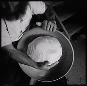 """Hier legt der Bauer persönlich Hand an: Butterherstellung auf der Alp Furgglen, Appenzell -en """"tolle Schmalz""""! Seit 55 Jahren hat die Familie Räss (Vater und Sohn) bisher die Verantwortung für die Tiere und die Alp inne. © Romano P. Riedo"""