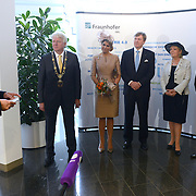 Koning en koningin bezoeken Noordrijn-Westfalen. Koning Willem Alexander en Koningin Maxima bezoeken het onderzoeksinstituut Fraunhofer IML<br /> <br /> King and Queen visit North Rhine-Westphalia.<br /> King Willem Alexander and Queen Maxima visit  research Fraunhofer IML<br /> <br /> Op de foto / On the photo: <br /> <br />  Koning Willem Alexander en Koningin Maxima met o.a. Directeur van IML, Michael ten Hompen en W.N.C Heeren, Msc voorzitter
