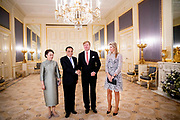 Koning Willem-Alexander en koningin Maxima ontvangen de Chinese premier Li Keqiang en zijn echtgenote Cheng Hong in audientie op Paleis Noordeinde.<br /> <br /> King Willem-Alexander and Queen Maxima receive Chinese Prime Minister Li Keqiang and his wife Cheng Hong in audience at Noordeinde Palace.