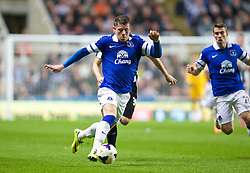 25.03.2014, St. James Park, Newcastle, ENG, Premier League, Newcastle United vs FC Everton, 28. Runde, im Bild Everton's Ross Barkley picks up the ball early on his way to scoring the opening goal against Newcastle United // during the English Premier League 28th round match between Newcastle United and Everton FC at the St. James Park in Newcastle, Great Britain on 2014/03/25. EXPA Pictures © 2014, PhotoCredit: EXPA/ Propagandaphoto/ David Rawcliffe<br /> <br /> *****ATTENTION - OUT of ENG, GBR*****
