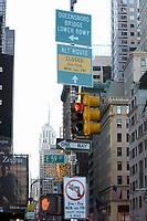 21 NOV 2003, NEW YORK/USA:<br /> Eine Rote Verkehrsampel und Verkehrsschilder vor den Hochhauskulissen  von Manhatten, New York<br /> IMAGE: 20031121-02-013<br /> KEYWORDS: Taxi, Strasse, Fußgänger