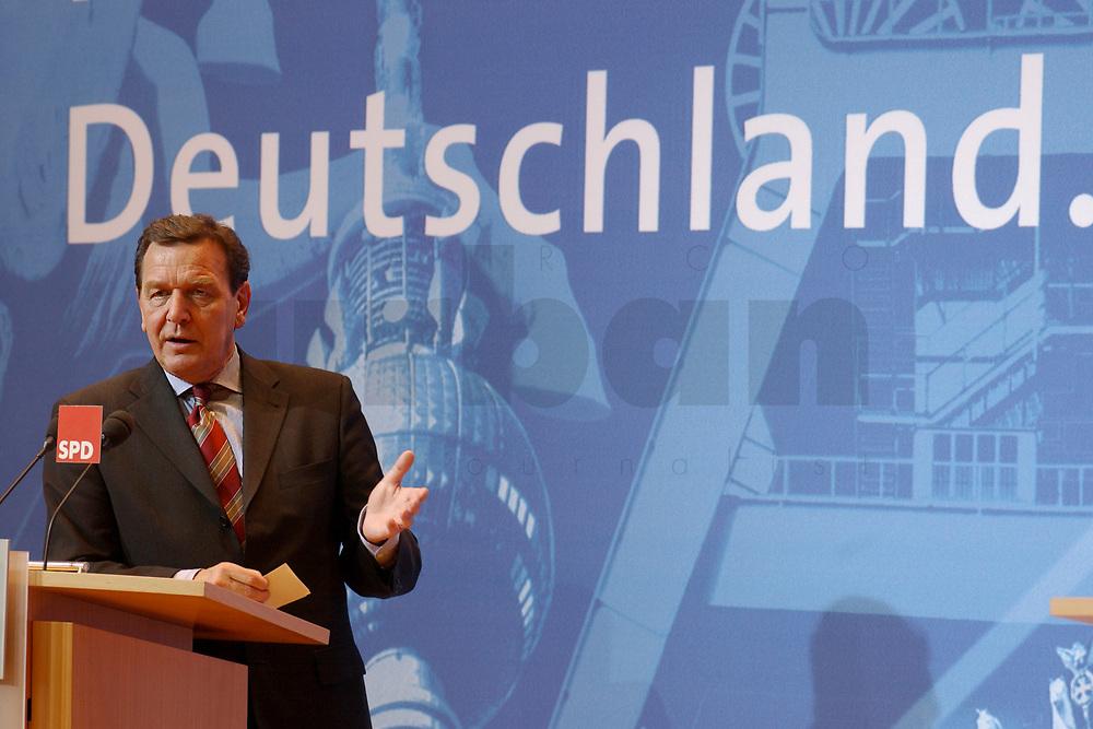 02 DEC 2002, BERLIN/GERMANY:<br /> Gerhard Schroeder, SPD, Bundeskanzler, Pressekonferenz zur vorangegangenen Sitzung des SPD Praesidiums vor dem Schriftzug &quot;Deutschland&quot;, Willy-Brandt-Haus<br /> IMAGE: 20021202-02-019<br /> KEYWORDS: Gerhard Schr&ouml;der