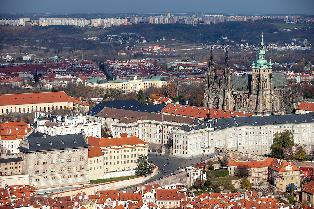 Die Prager Burg vom Petrin Turm aus gesehen.
