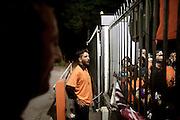 BATTIPAGLIA. UNO DEI CINQUE LAVORATORI PRECARI DI ALCATEL LUCENT CHIUSO PER PROTESTA ALL'INTERNO DELL'AZIENDA RAGGIUNGE IL CANCELLO D'ENTRATA PER PARLARE CON I SUOI COLLEGHI