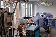 Nederland, Nijmegen, 2-10-2003..Foto niet gebruiken bij artikelen over dierexperimenten, dierenmishandeling, dierenleed of dierenactivisme. ....Operatiekamer in het centraal dierenlaboratorium van het UMCN. Bij een geit wordt onderzocht hoe botherstel kan worden bevorderd na orthopedie operaties. Bij het dier wordt een cilindertje van enkele milimeters doorsnee in een bot geplaatst, waar zich nieuw botweefsel in afzet, wat er na enkele weken weer uitgehaald wordt. Het beest heeft er na de operatie geen zichtbare last van. Botbreuken...Foto: Flip Franssen