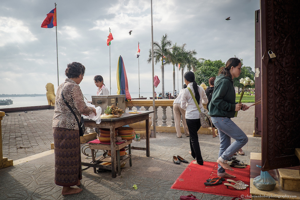 Preah Ong Dong Ar ist ein beliebter Schrein vor dem Königspalast am Ufer des Tonle Sap, wo die Einwohner Pnomh Penhs für die Erfüllung ihrer Wünsche beten. Der Schrein wird häufig von Studenten vor den Examen aufgesucht.