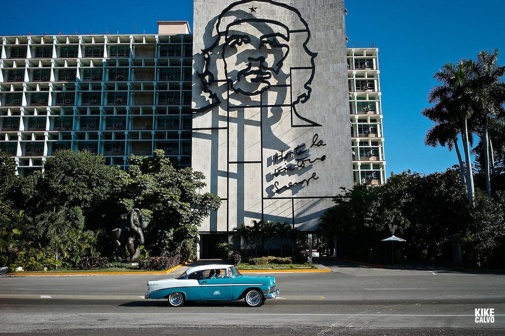 Ministerio del Interior covered with a huge bronze wire sculpture of Guevara on the facade. Plaza de la Revolucion. Under the bust the words: Hasta la victoria siempre.