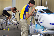 Jan Bos traint, terwijl zijn zwaarbeschadigde fiets wordt hersteld na zijn van op de vierde racedag van de WHPSC. In Battle Mountain (Nevada) wordt ieder jaar de World Human Powered Speed Challenge gehouden. Tijdens deze wedstrijd wordt geprobeerd zo hard mogelijk te fietsen op pure menskracht. Ze halen snelheden tot 133 km/h. De deelnemers bestaan zowel uit teams van universiteiten als uit hobbyisten. Met de gestroomlijnde fietsen willen ze laten zien wat mogelijk is met menskracht. De speciale ligfietsen kunnen gezien worden als de Formule 1 van het fietsen. De kennis die wordt opgedaan wordt ook gebruikt om duurzaam vervoer verder te ontwikkelen.<br /> <br /> Jan Bos trains while his heavily damaged bike is being repared after his crash on the fourth day of the WHPSC. In Battle Mountain (Nevada) each year the World Human Powered Speed ​​Challenge is held. During this race they try to ride on pure manpower as hard as possible. Speeds up to 133 km/h are reached. The participants consist of both teams from universities and from hobbyists. With the sleek bikes they want to show what is possible with human power. The special recumbent bicycles can be seen as the Formula 1 of the bicycle. The knowledge gained is also used to develop sustainable transport.