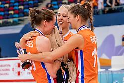 01-10-2017 AZE: Final CEV European Volleyball Nederland - Servie, Baku<br /> Nederland verliest opnieuw de finale op een EK. Servi&euml; was met 3-1 te sterk / Lonneke Sloetjes #10 of Netherlands huilt in de armen van Femke Stoltenborg #2 of Netherlands en Anne Buijs #11 of Netherlands