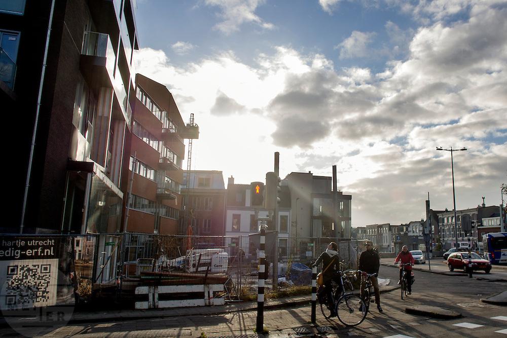 Fietsers staan bij een verkeerslicht aan het Ledig Erf in Utrecht.<br /> <br /> Cyclists are waiting a traffic light.