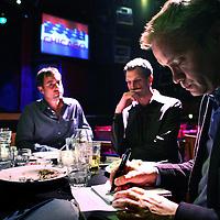 Nederland, Amsterdam ,31 oktober 2011..Journalist verlaggever Max Westerman in gesprek met de oprichters van Stand up Comedian huis Boom Chicago op het Leidsche plein..Op de foto Andrew Moskos, Gregory Shapiro, .Foto:Jean-Pierre Jans