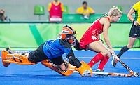 RIO DE JANEIRO -  keeper Joyce Sombroek (Ned) met Sophie Bray (GB) tijdens de shoot outs   tijdens de finale tussen de dames van Nederland en  Groot-Brittannie in het Olympic Hockey Center tijdens de Olympische Spelen in Rio.  GB wint goud na shoot outs.   COPYRIGHT KOEN SUYK