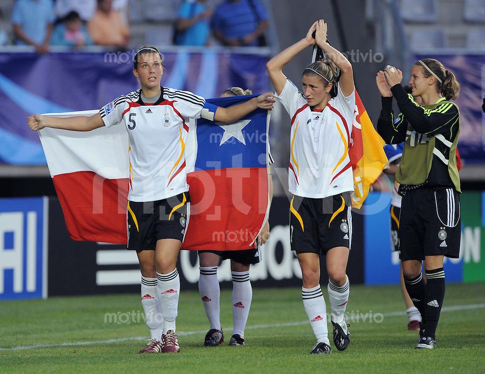 Fussball Frauen FIFA U 20  Weltmeisterschaft 2008    01.12.2008 Brasilien - Deutschland SCHLUSSJUBEL GER, Carolin Schiewe (li) mit chilenischer Fahne , Bianca Schmidt und Desiree Schumann (v.li.)
