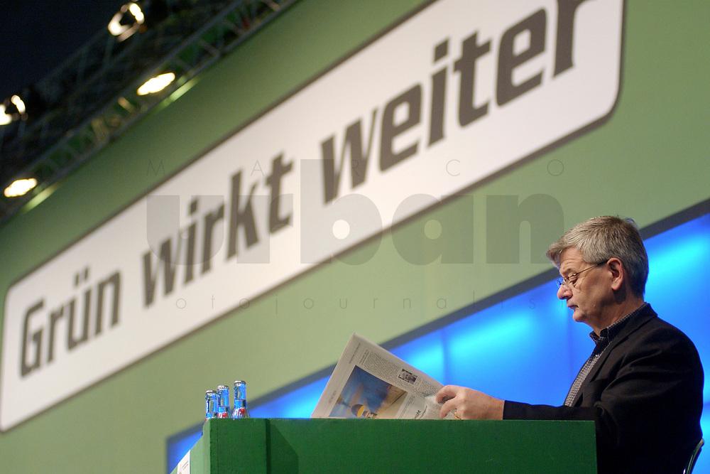 """19 OCT 2002, BERLIN/GERMANY:<br /> Joschka Fischer, B90/Gruene, Bundesaussenminister, liest Zeitung unter dem Slogan """"Grün wirkt weiter"""", 20. Bundesdelegiertenkonferenz Buendnis 90 / Die Gruenen, Stadthalle Bremen<br /> IMAGE: 20021019-01-003<br /> KEYWORDS: Parteitag, Bundesparteitag, party conference, BDK, party congress"""