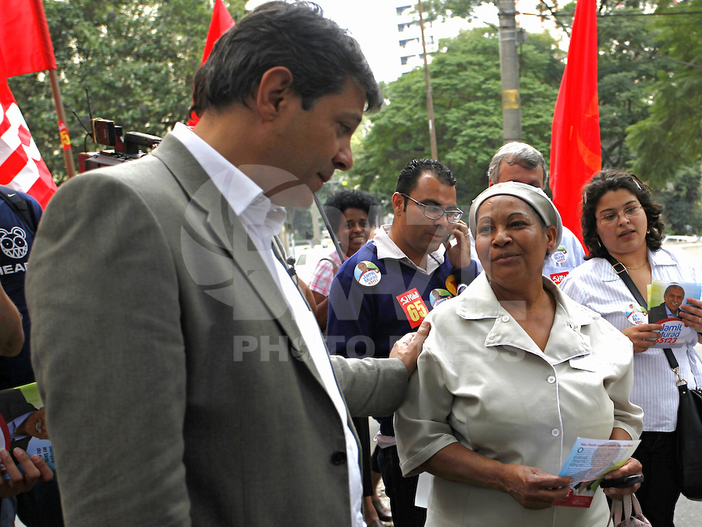 SAO PAULO, 24 DE JULHO DE 2012. CAMPANHA FERNANDO HADDAD. A caminhada do candidato a prefeitura Fernando Haddad pelas ruas do Bairro de Pinheiros. FOTO: ADRIANA SPACA: BRAZIL PHOTO PRESS