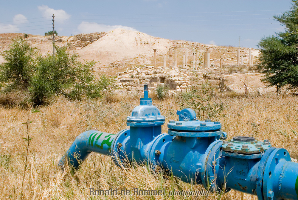 Surprisingly, Pella's wells are located in the middle of some spectacular ancient roman ruins. With political mismanagement, 40% of the network leaking and thousands of illegal wells, water access in Jordan is just stress and confusion.