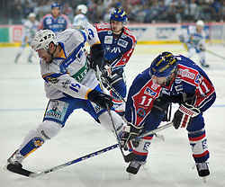 03.09.2010, SAP-Arena, Mannheim, GER, DEL, Adler Mannheim vs EHC Muenchen, im Bild Soeren Sturm (Muenchen #21) im Zweikampf mit King Scott (Adler #11),  EXPA Pictures © 2010, PhotoCredit: EXPA/ nph/  Roth+++++ ATTENTION - OUT OF GER +++++