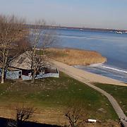 Gebouw Surfvereniging Zomerkade Huizen.blauwe lucht, ijs, gooimeer, gras, riet, water, bevroren
