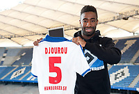 Fotball<br /> Tyskland<br /> 01.07.2013<br /> Foto: Witters/Digitalsport<br /> NORWAY ONLY<br /> <br /> Johan Djourou mit Trikot<br /> Fussball Hamburger SV