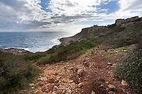 Sentieri di costa rocciosa a strapiombo sul mare che si possono trovare su tutta la costa Jonica salentina. Questa è stata fotografata a Torre Uluzzo frazione di Nardò (Lecce).