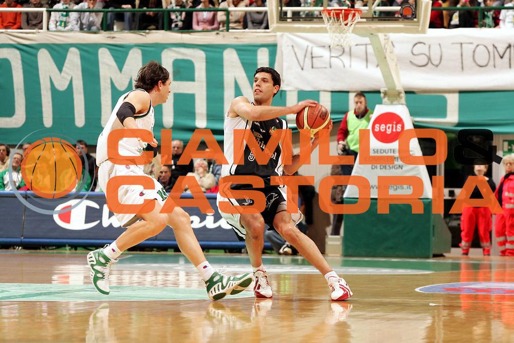 DESCRIZIONE : Siena Lega A1 2005-06 Montepaschi Siena Whirlpool Varese <br /> GIOCATORE : Farabello <br /> SQUADRA : Whirlpool Varese <br /> EVENTO : Campionato Lega A1 2005-2006 <br /> GARA : Montepaschi Siena Whirlpool Varese <br /> DATA : 12/03/2006 <br /> CATEGORIA : Passaggio <br /> SPORT : Pallacanestro <br /> AUTORE : Agenzia Ciamillo-Castoria/P.Lazzeroni
