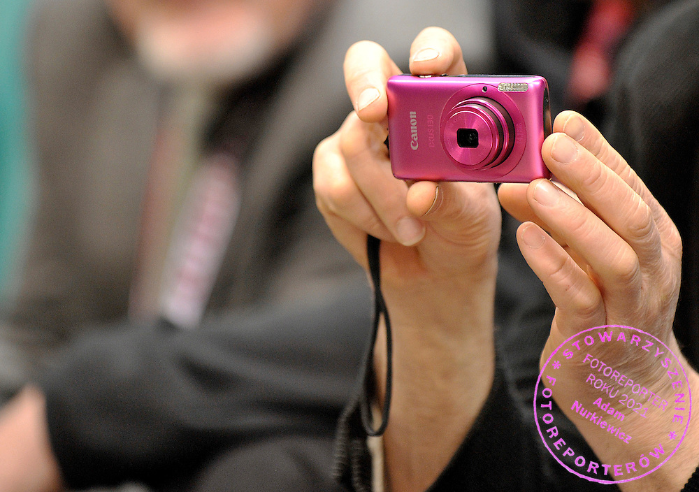 CAMERA IN SUPPORTER'S HANDS DURING 20TH POLISH CHAMPIONSHIPS IN ROWING ERGOMETER AT ORBITA HALL IN WROCLAW, POLAND...WROCLAW , POLAND , JANUARY 29, 2011..( PHOTO BY ADAM NURKIEWICZ / MEDIASPORT )