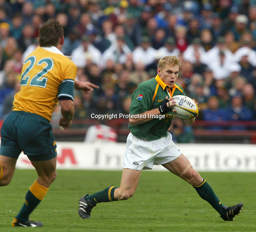 17 August 2002, Ellis Park, Tri - Nations, Rugby Union. South Africa v Australia. Brent Russell attacks. The Springboks defeated Australia, 33-31.<br />