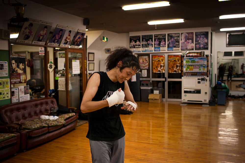 Kazumi Izaki Japanese woman (46) trains to.become world's oldest boxing champion, most of the day, Kazumi Izaki's routine is much the same as any other Tokyo housewife:.she rises at 5:45, makes her daughter's box lunch, shops, cooks and cleans.   But when her sumo-wrestling husband.comes home in the evening, she heads for the local boxing ring to spar for a.world title shot.