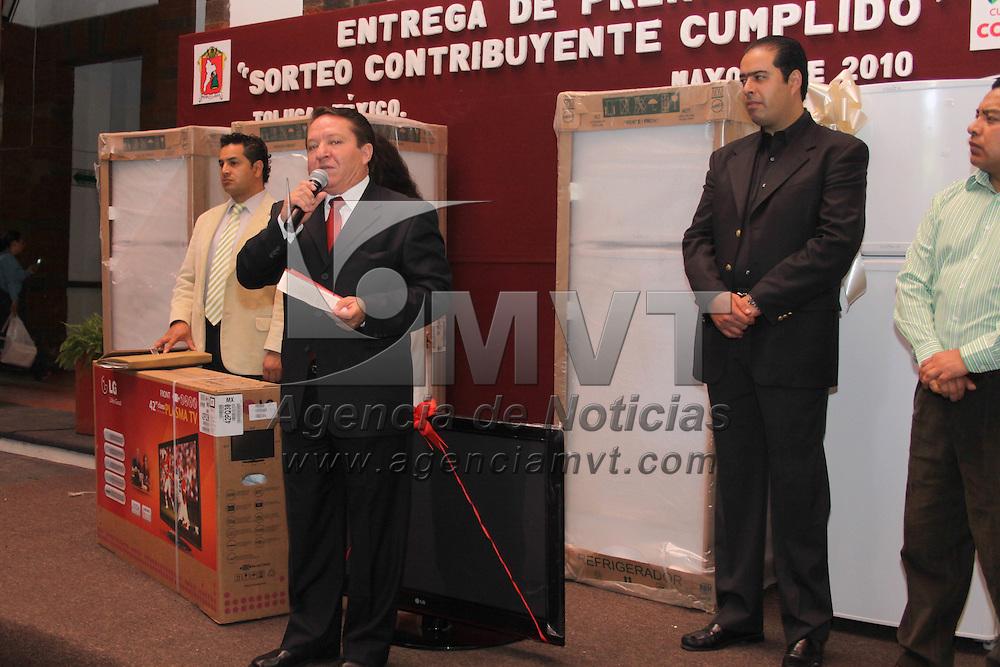 TOLUCA, México.- El ayuntamiento de Toluca hizo entrega de los premios rifados entre sus contribuyentes cumplidos, entre los cuales se encontraban refrigeradores, pantallas de plasma y un automóvil. Agencia MVT / Crisanta Espinosa. (DIGITAL)