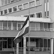 NLD/Huizen/19921010 - Vlag halfstok voor het gemeentehuis in Huizen nav de vliegramp in de Bijlmermeer